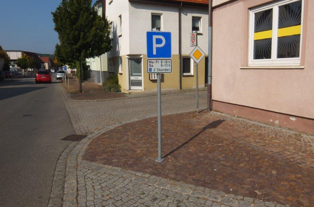 Verkehrszeichen im Pflasterbereich